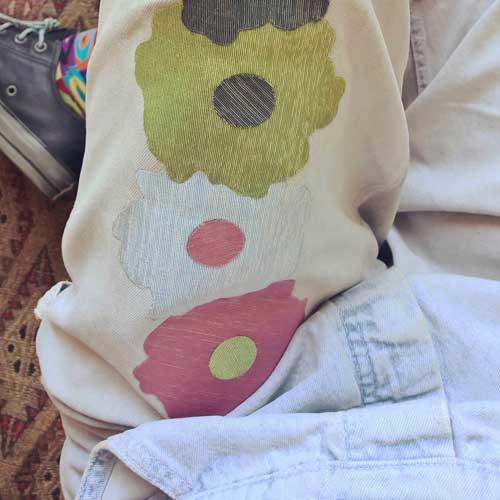 Customiser pantalon avec patch thermocollant fleur