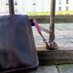 Lanière mousqueton porte-clefs / Antivol sac Pied de poule rose
