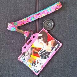 Dragonne porte carte / badge fleurs Céleste rose
