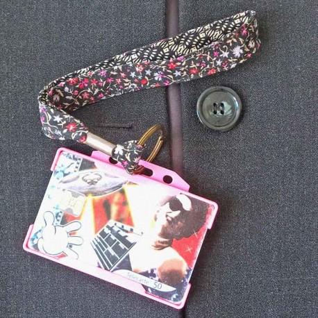 Dragonne porte carte / badge fleurs Œillet Batik rose et noir