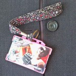 Dragonne porte carte / badge fleurs Œillet rose et noir