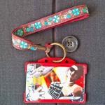 Dragonne porte carte / badge fleurs Myosotis turquoise