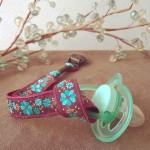 Porte-tétine fille fleurs turquoise